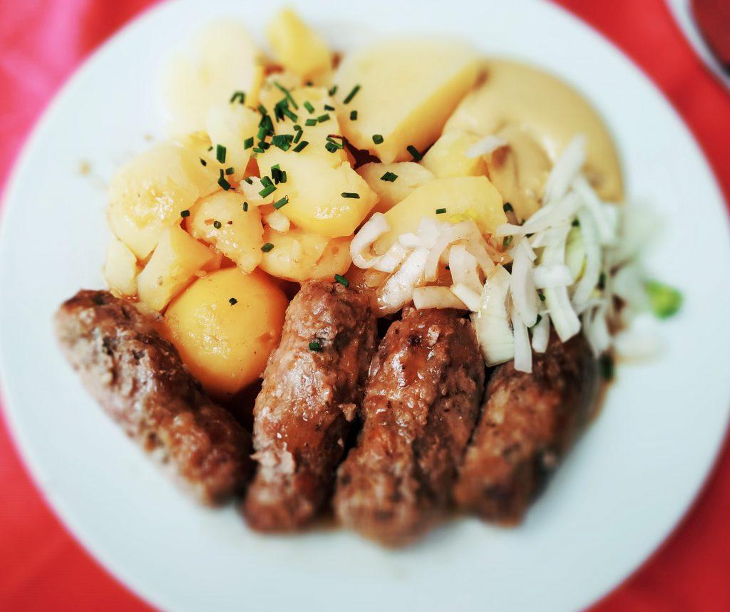 Čevabčiči s bramborem, cibule - restaurace na Zahrádce v Č. Budějovicích