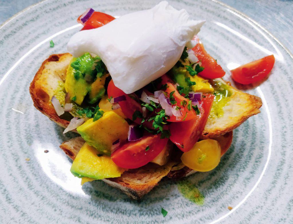 Zastřené vejce, avokádo, cherry rajčata, pesto, toast