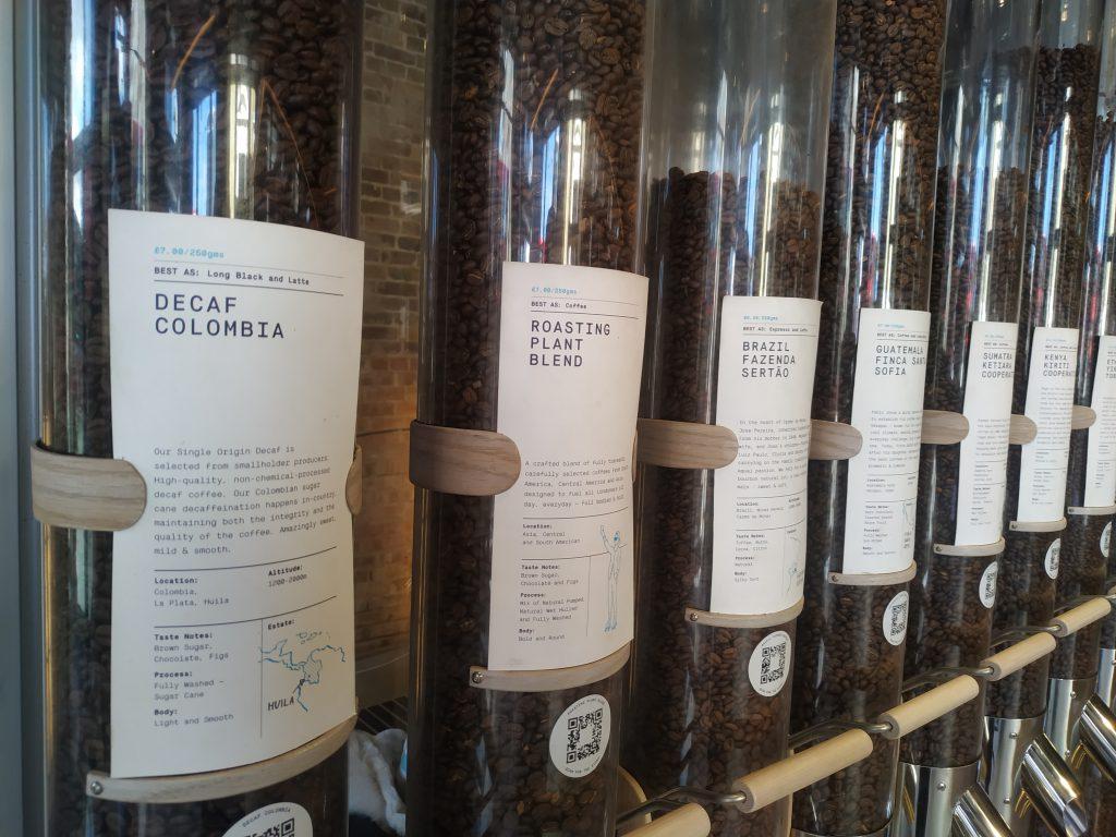 Násypky s upraženou kávou