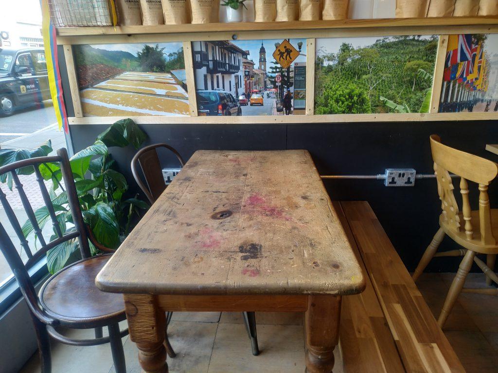 Krásný stůl, každá židlé jiná