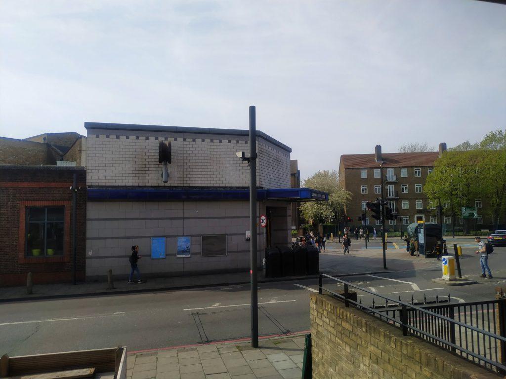 Pohled z kavárny na stanici metra